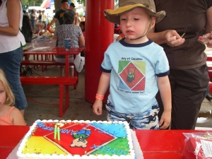 Note Doudou character on t-shirt and cake